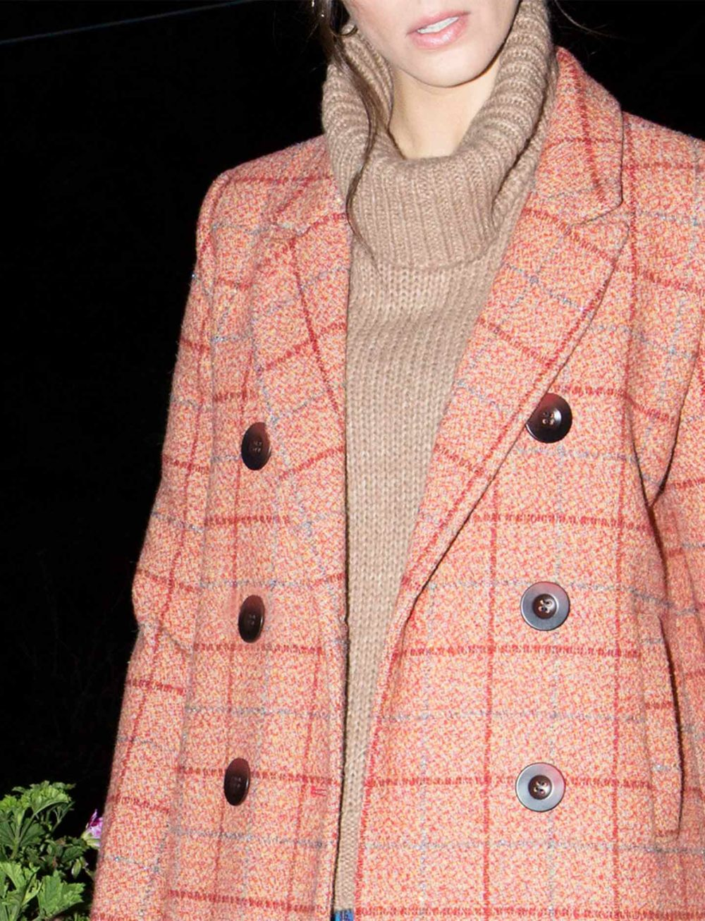 abrigo-rojo-cuadros-botones-grandes-detalle