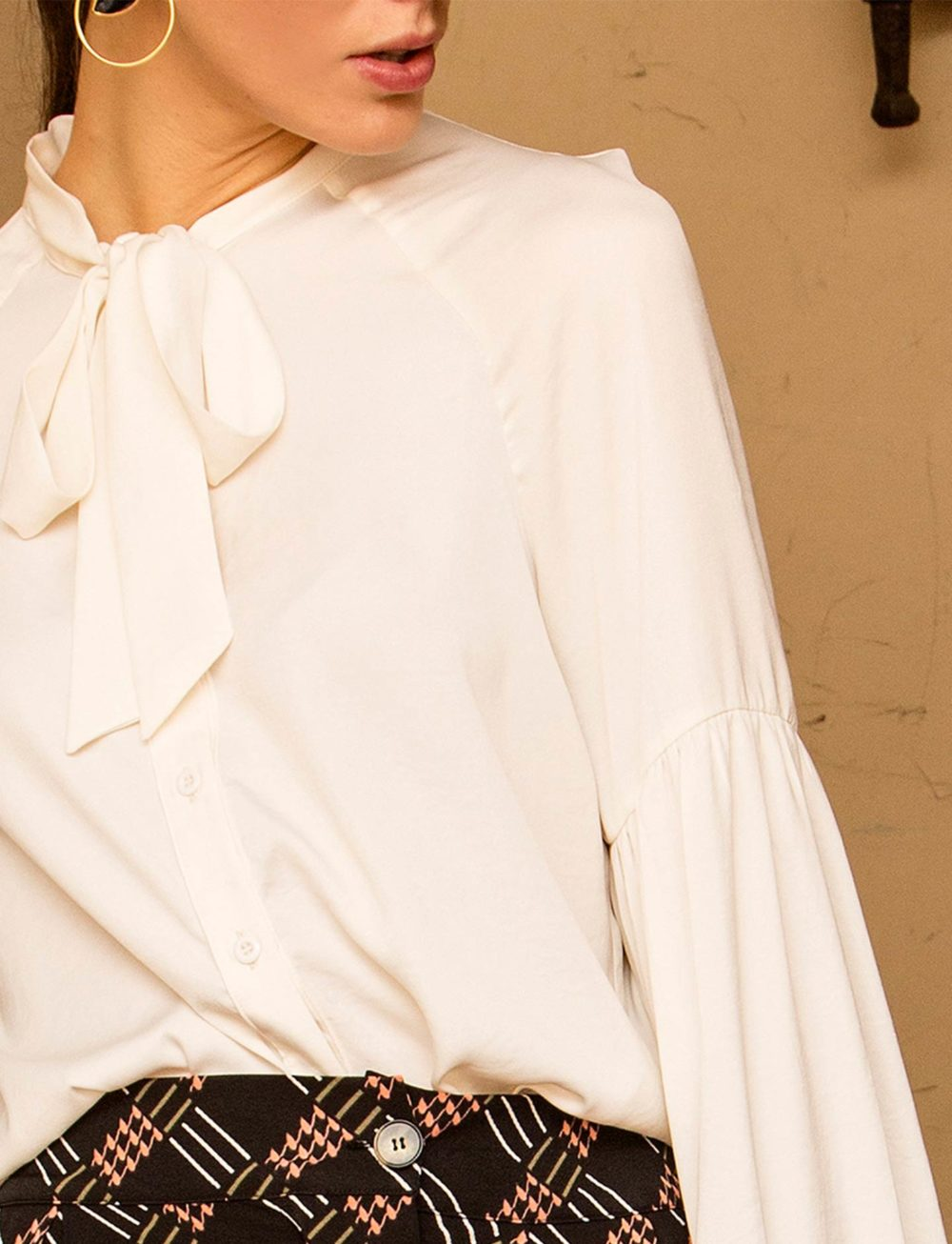 blusa-blanca-volantes-lazo-cuello