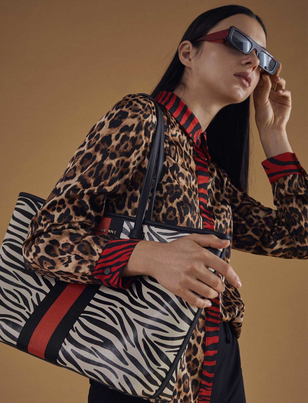 blusa-estampado-leopardo-cebra-lateral-bolso