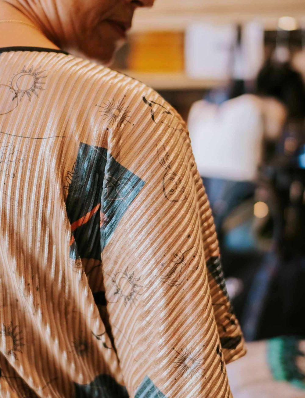 camisa-estampados-cuadros-detalle-hombro