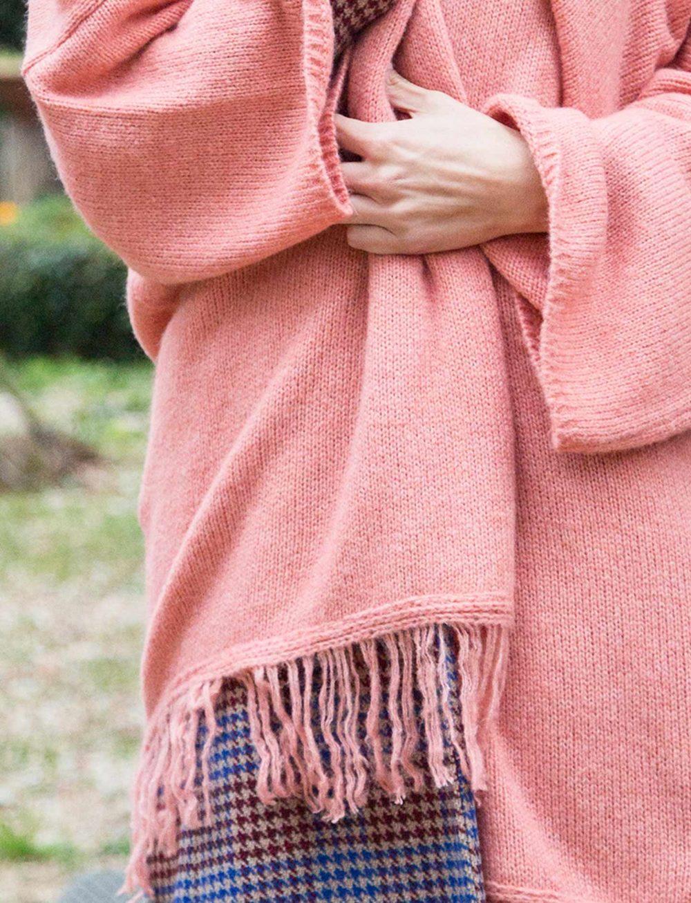 chaqueta-poncho-rosa-detalle