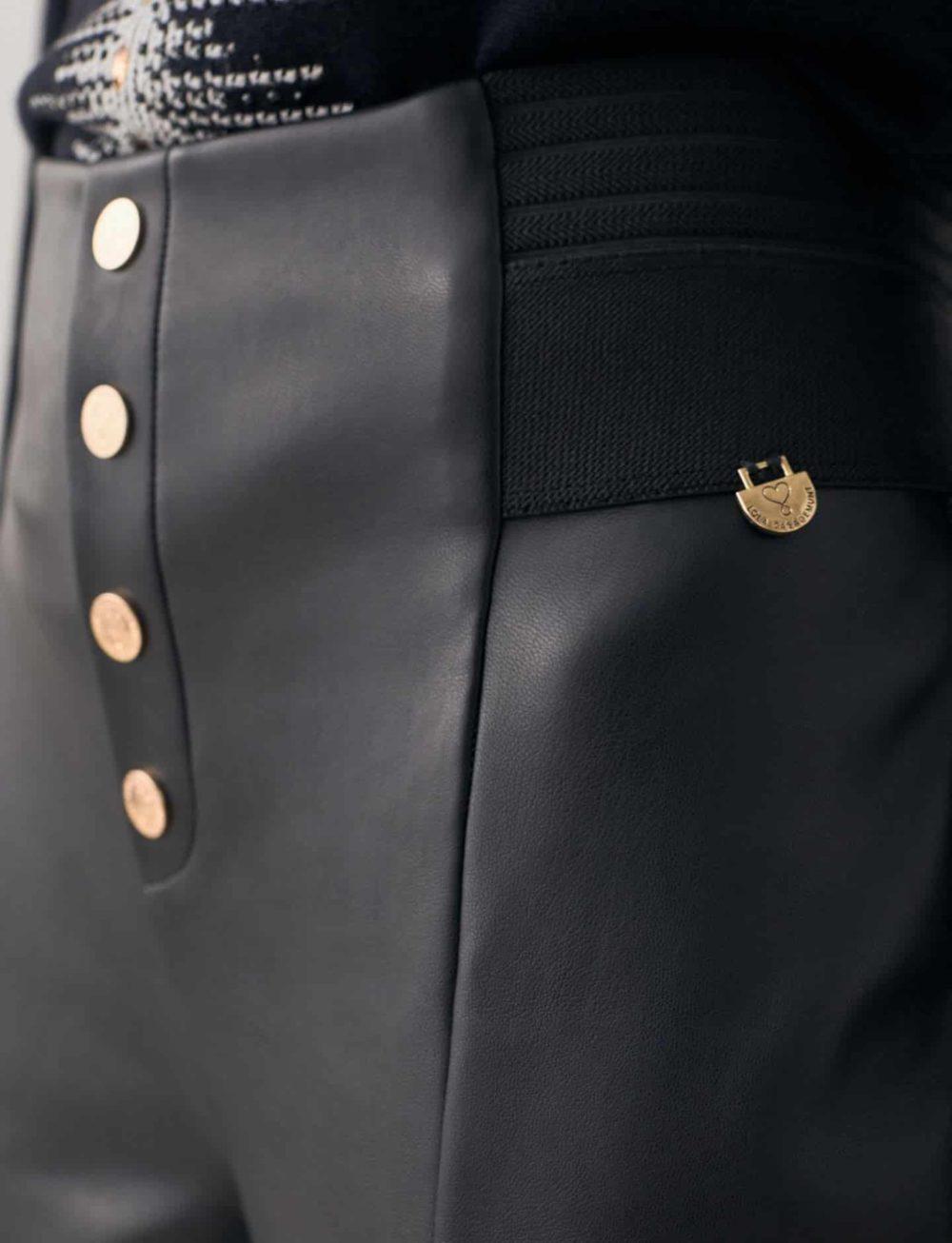 legging-efecto-piel-negro-detalle-botonera