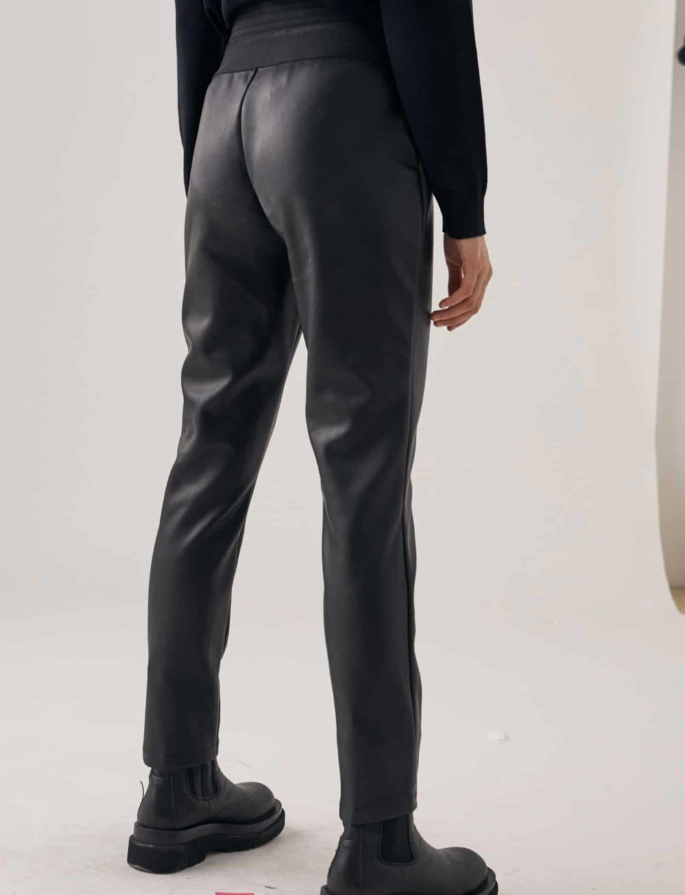 legging-efecto-piel-negro-trasera