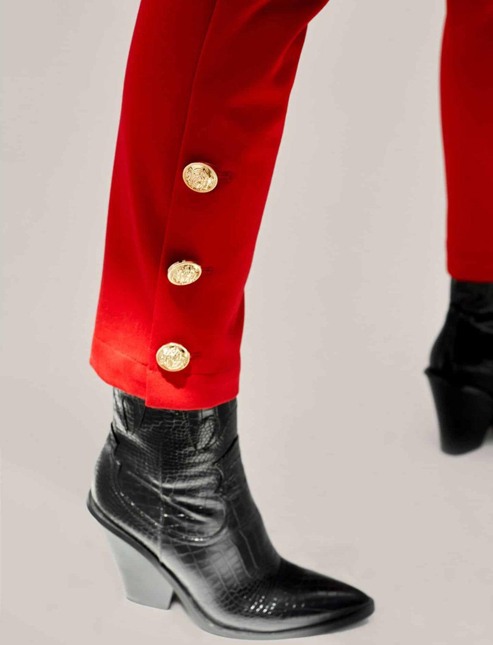 pantalon-chino-rojo-detalle-botones-tobillo