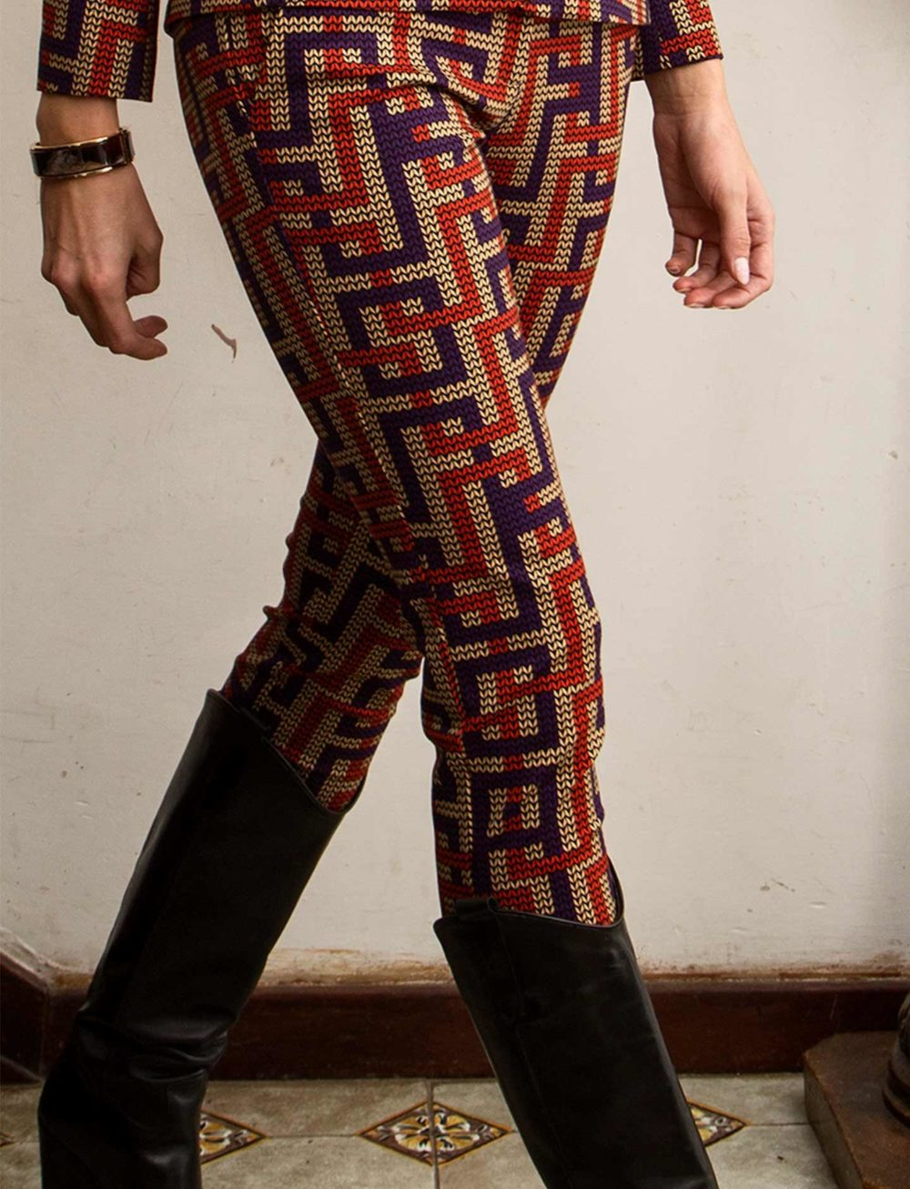 pantalones-estampado-laberinto-detalle